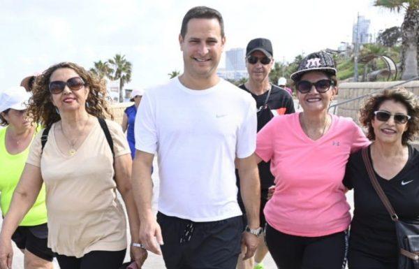 ראש העירייה רז קינסטליך הצטרף היום לקבוצת ההליכה עם בגדי ספורט תיקניים