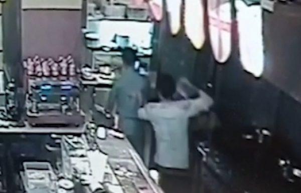עובד מסעדה בראשון לציון שפך שמן רותח על חברו לעבודה בעקבות סכסוך מתמשך ביניהם