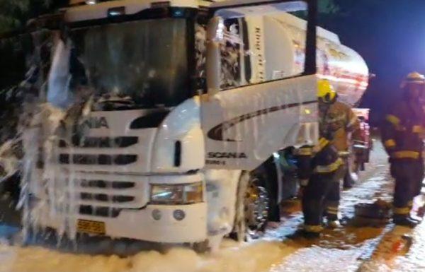 התקבלה הלילה הודעה במוקד 102 של מחוז מרכז על שריפת משאית דלק ברח' שייקה דן בראשון לציון
